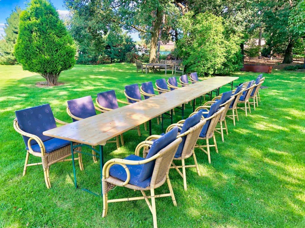 Aan tafel met een groep